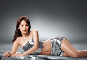 韩国最有人气的女歌手李孝利完美示范约会穿衣打扮
