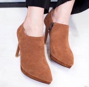 明星示范尖头小短靴的搭配方法